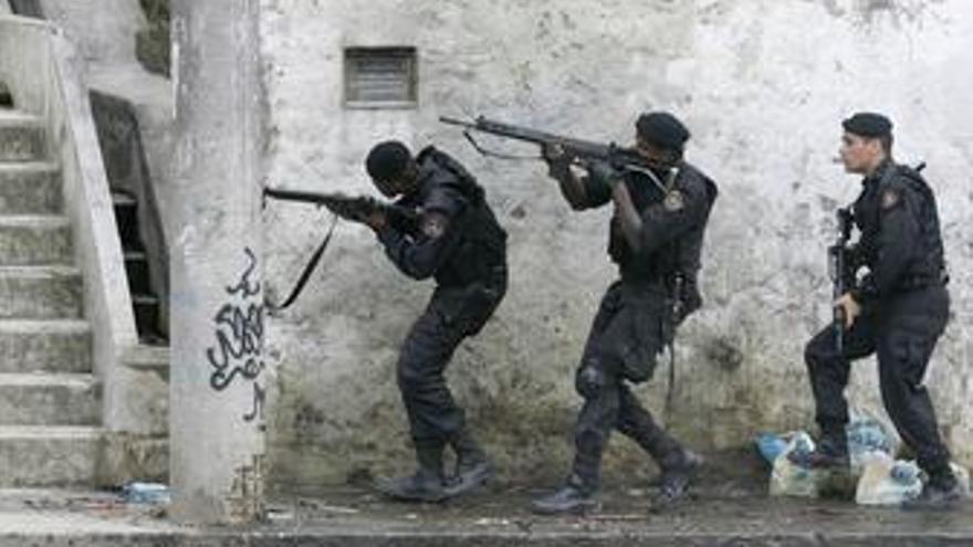 Policía, Favelas