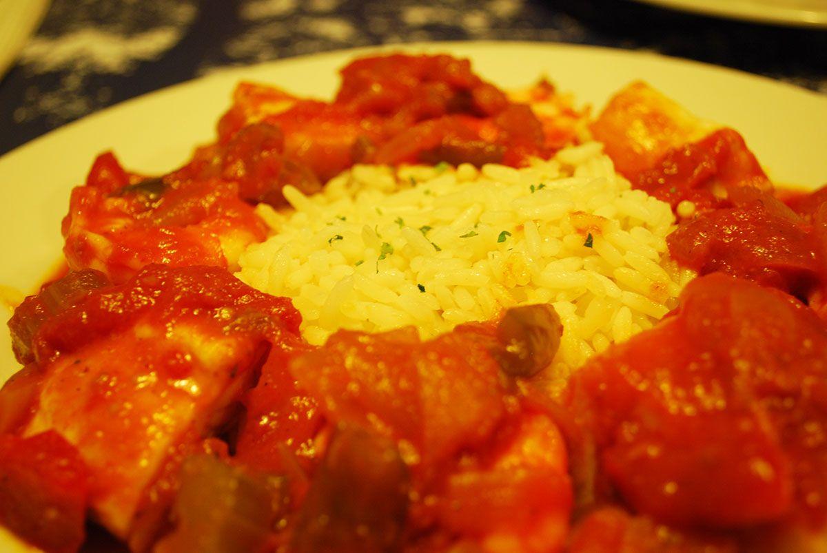 Mero y langostinos creole con salsa suave de tomate y especias_Malasaña a mordiscos