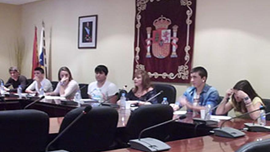 Jóvenes de la ESO este viernes en el pleno de Mogán.