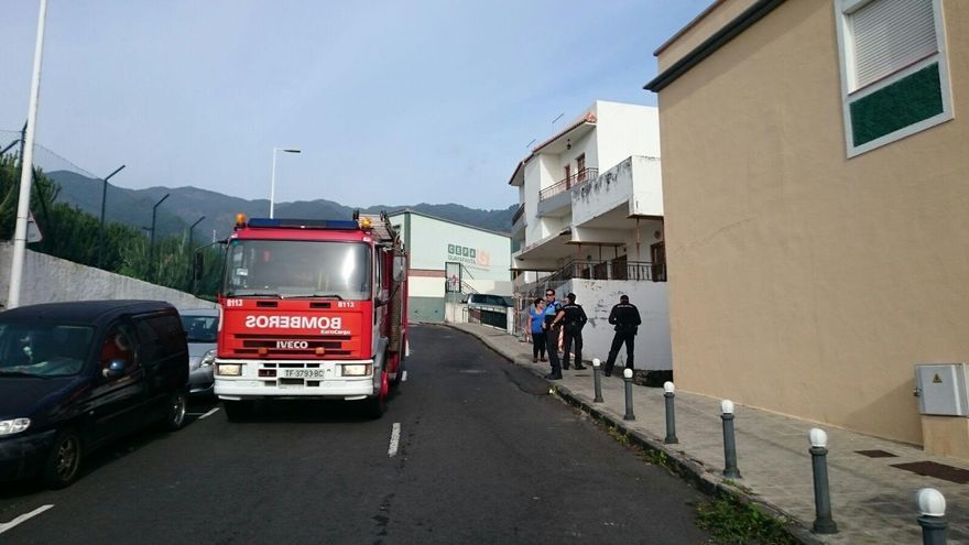 En la imagen, un camión de los bomberos del Parque de La Grama, en la subida de El Pilar, este domingo. Foto: JOSÉ AYUT.
