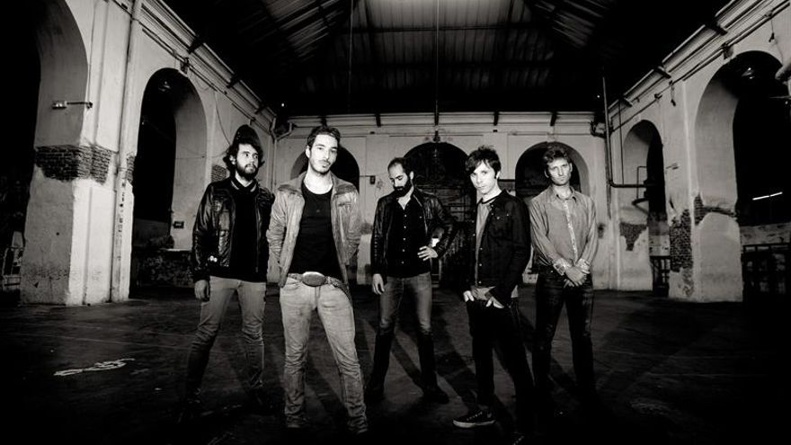 The Right Ons abre su gira de presentacion en vivo con un volcán musical en erupción