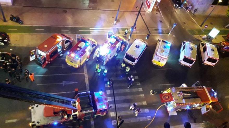Varias dotaciones de Bomberos y ambulancias en el momento del incendio
