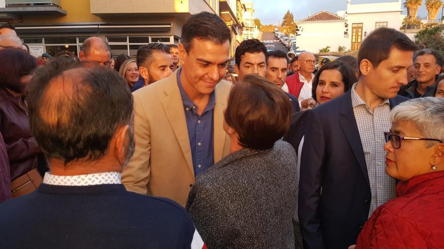 Pedro Sánchez saludó a los simpatizantes socialistas antes de comenzar su intervención en El Paso.