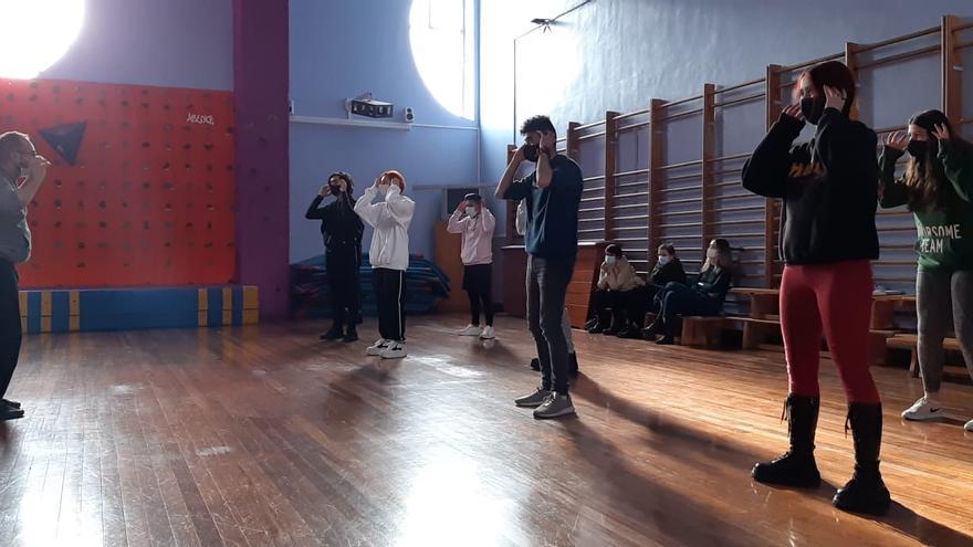 ¿Qué ocurriría si la danza se enseñase en los institutos? El coreógrafo Iker Gómez imparte valores a adolescentes a través de este arte