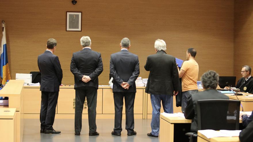 El magistrado que preside el tribunal de jurado le comunica al grupo de testigos propuestos por la defensa de Celso Perdomo que no tienen que testificar al renunciar los abogados del acusado a su testimonio.