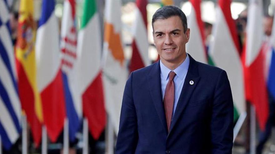 El presidente del Gobierno español, Pedro Sánchez, sonríe a su llegada a la cumbre del Consejo Europeo este jueves en Bruselas (Bélgica).