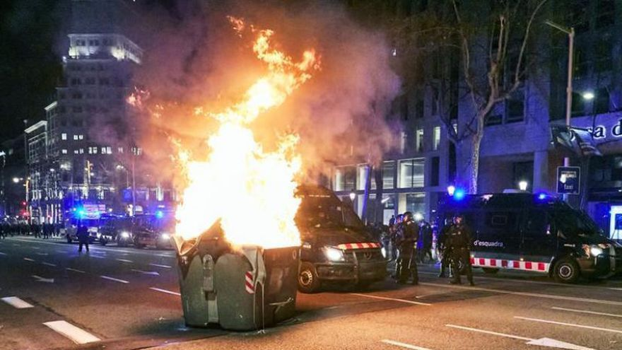 Contenedor en llamas en Barcelona.