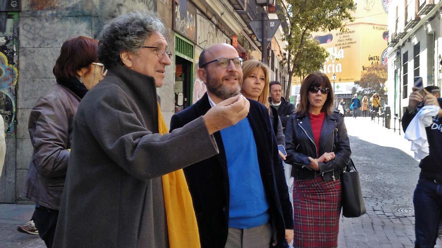 El concejal José Fernández, en el centro, escuchando a los vecinos de Malasaña durante una visita al barrio | AYUNTAMIENTO DE MADRID