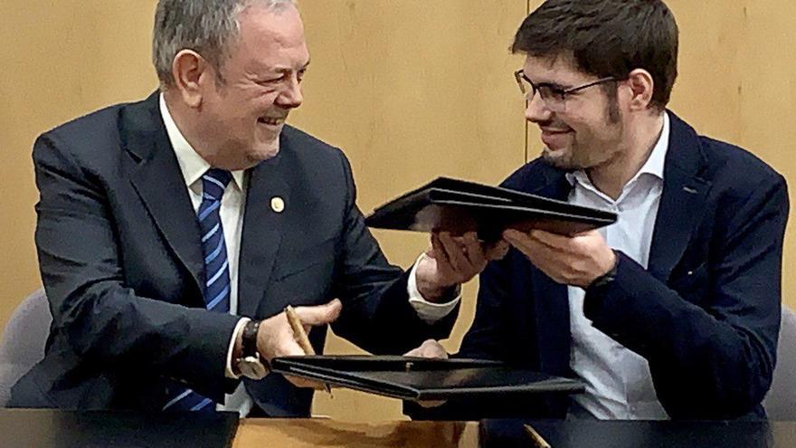 Azpiazu y Martínez, sonrientes, durante la firma del acuerdo presupuestario