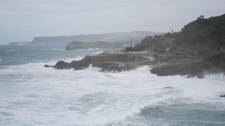 Cantabria seguirá mañana en alerta por olas y lluvia