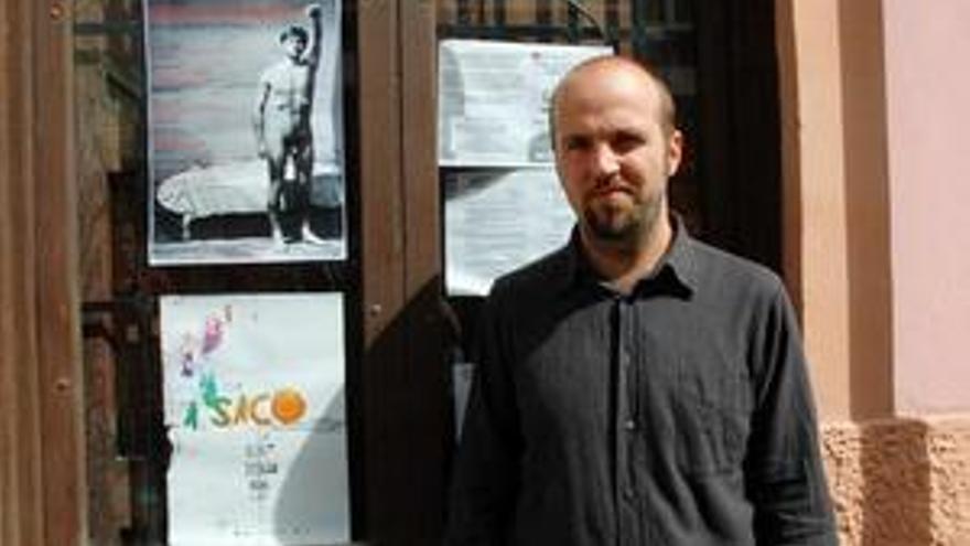 Davide Payser, en la puerta del Café d'Espacio. (WWW.CANARIASINVESTIGA.ORG)