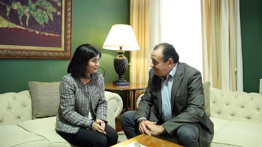 El presidente del Consejo Económico y Social de Canarias, Blas Trujillo, entrega a la presidenta del Parlamento de Canarias, Carolina Darias, el informa anual de este organismo