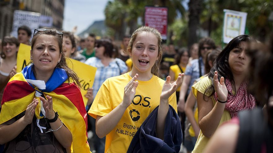 Estelada y camiseta amarilla en una manifestación contra los recortes. / Edu Bayer