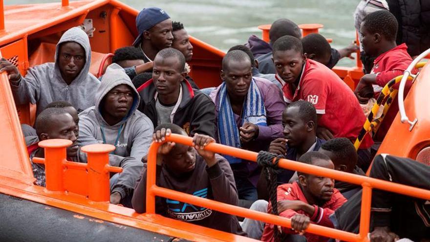 Localizan una patera con 20 inmigrantes, 11 menores, frente a la costa de Aguilas
