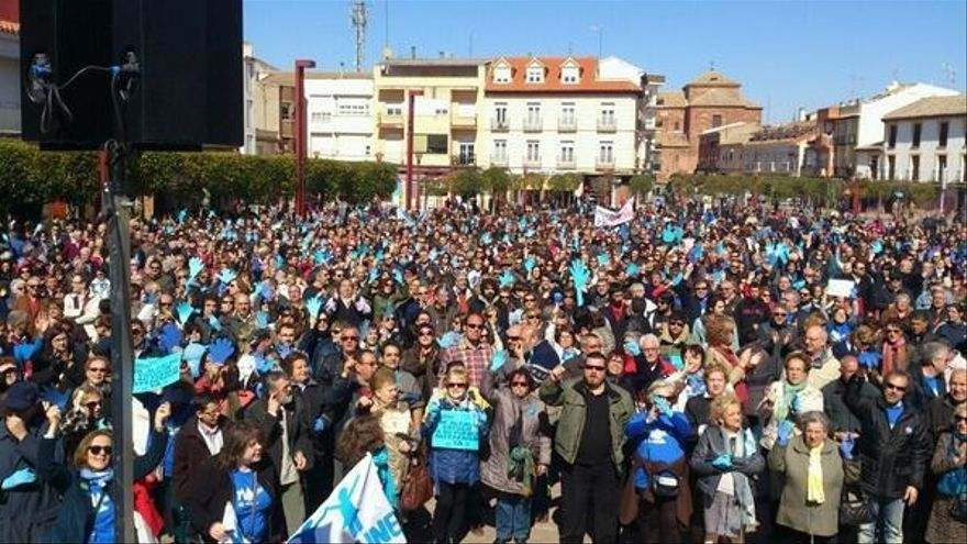 Manifestación a favor de la municipalización del agua en Alcázar de San Juan (Ciudad Real).