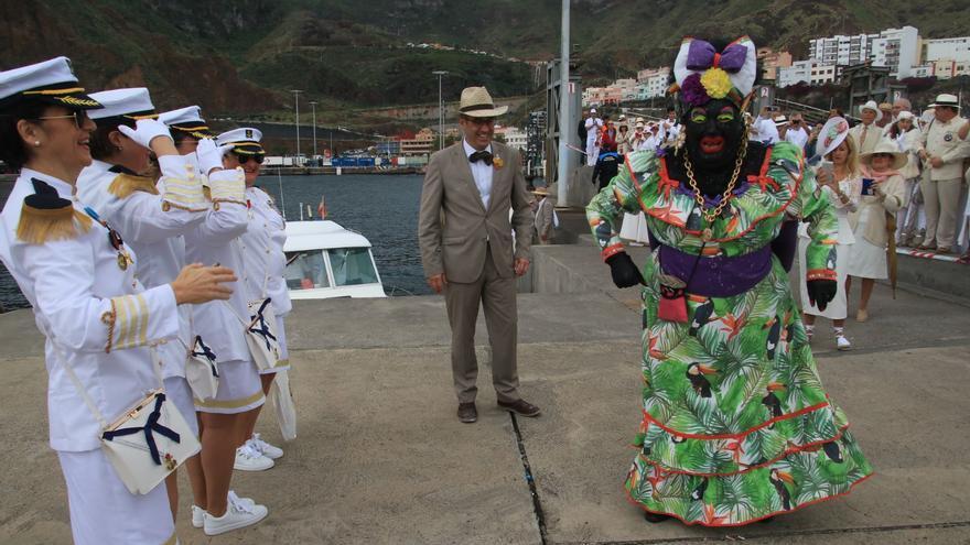 El alcalde de Santa Cruz de La Palma, Sergio Matos, ha recibido a la Negra Tomasa en el Puerto.