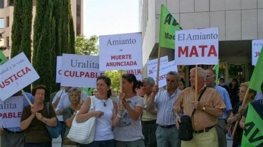 Protesta por la responsabilidad de la empresa Uralita en las enfermedades provocadas por el amianto.