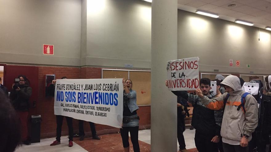 Los estudiantes portan pancartas contra González y Cebrián.