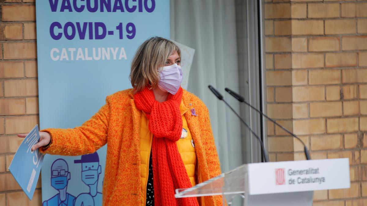 El consellera de Salud, Alba Vergés, atiende a los medios tras la vacunación en la residencia Feixa Llarga Laia González
