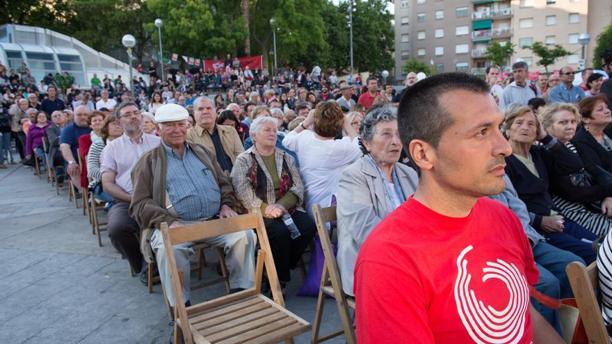 Los vecinos de Nou Barris han llenado la plaza Ángel Pestaña en el cierre de campaña de BComú / SANDRA LÀZARO