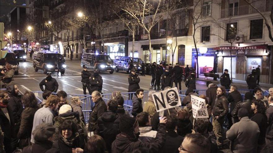 Un desalojo pacífico pone fin a la concentración en la sede del PP
