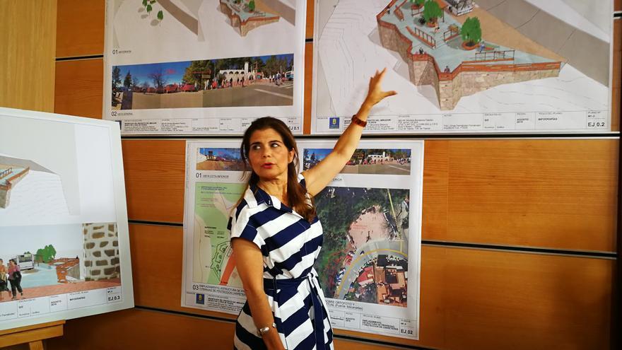 La consejera de Política Territorial, Inés Miranda, presentando el mirador de La Cruz de Tejeda