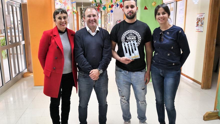El alcalde de El Paso, Sergio Rodríguez, visitó a Diego en el instituto.