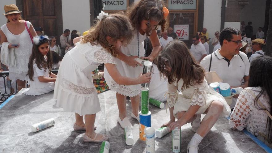 """'Indianitas"""" con botes de polvos de talco este domingo en la Plaza de España."""