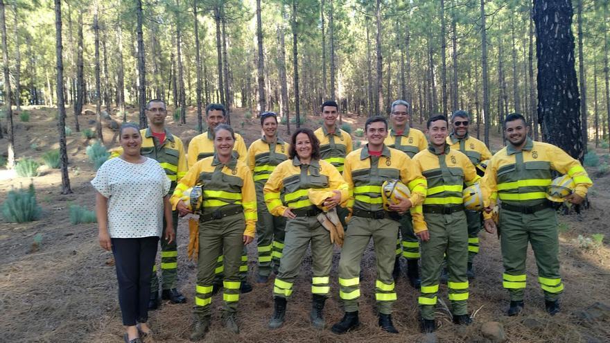 El grupo  de voluntarios de Tijarafe contra incendios  'Los sin suela' con la concejal  de Medio Ambiente del Ayuntamiento, Saray Domínguez (i).
