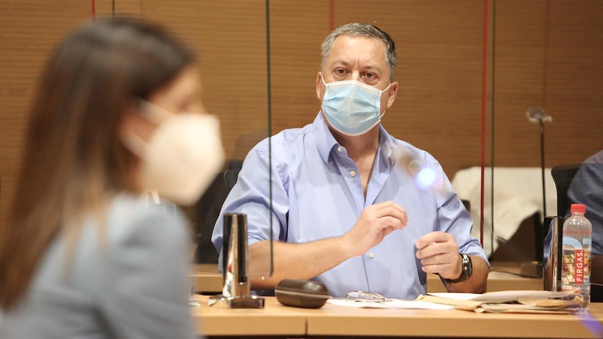 El médico Sergio Hernández escucha la declaración de su exmujer en la primera sesión del juicio en su contra