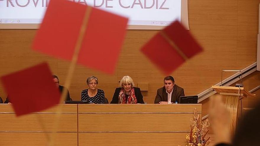 Teófila Martínez, increpada por los presentes en un encuentro con afectados / Foto: www.lavozdigital.es
