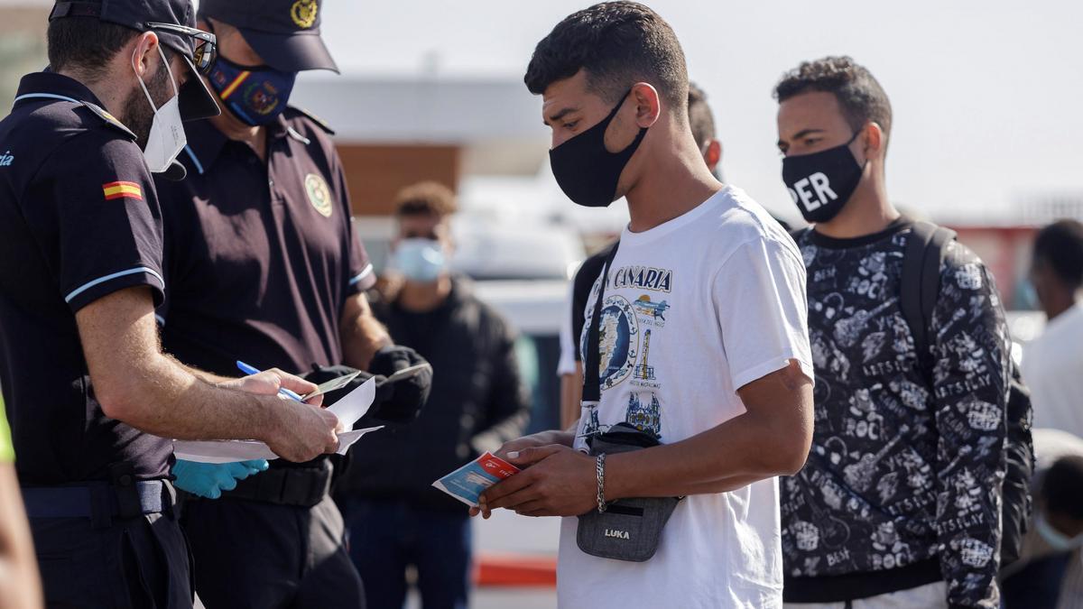 Imagen de la Policía Nacional pidiendo la documentación a un joven marroquí en Canarias