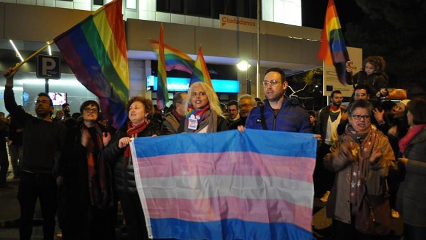 Manifestación en contra de la sede de Cs de Murcia en contra del veto parental / S. C.