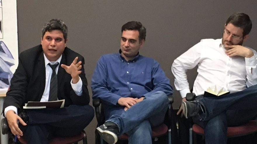Julio Embid junto a Carlos Hidalgo e Ignacio Urquizu en la presentación de su libro en Vallecas.