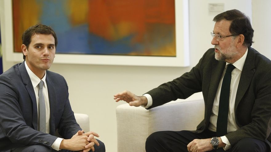 Rivera llega puntual para reunirse con Rajoy, que no salió a la escalera de Moncloa a recibirle