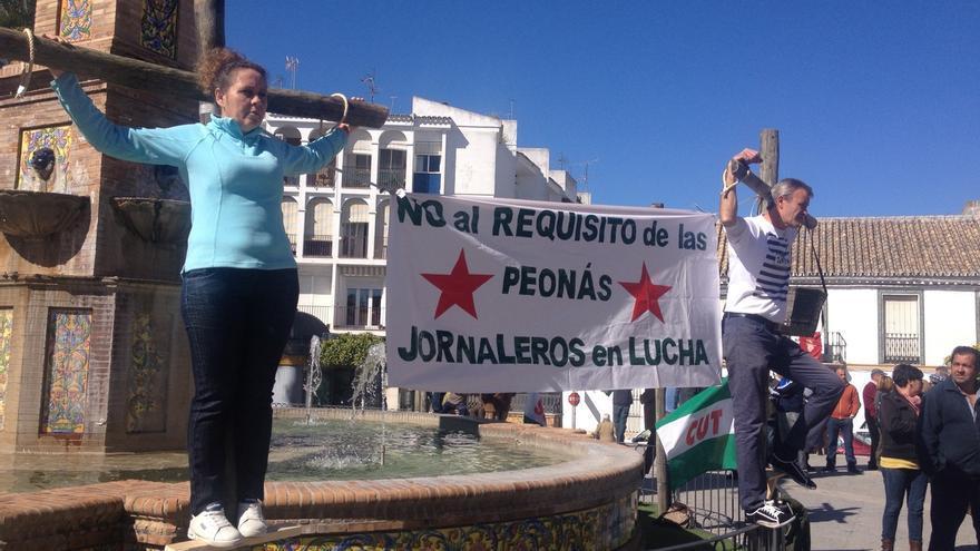 SAT representa en Villamartín la crucifixión de jornaleros por el requisito de peonadas para acceder al subsidio