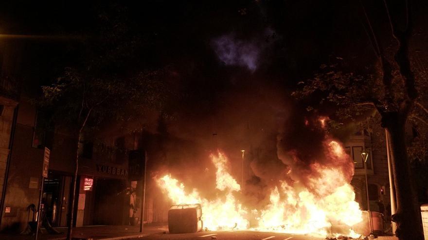 Fuego en la calle Trafalgar de Barcelona en la quinta noche de disturbios.