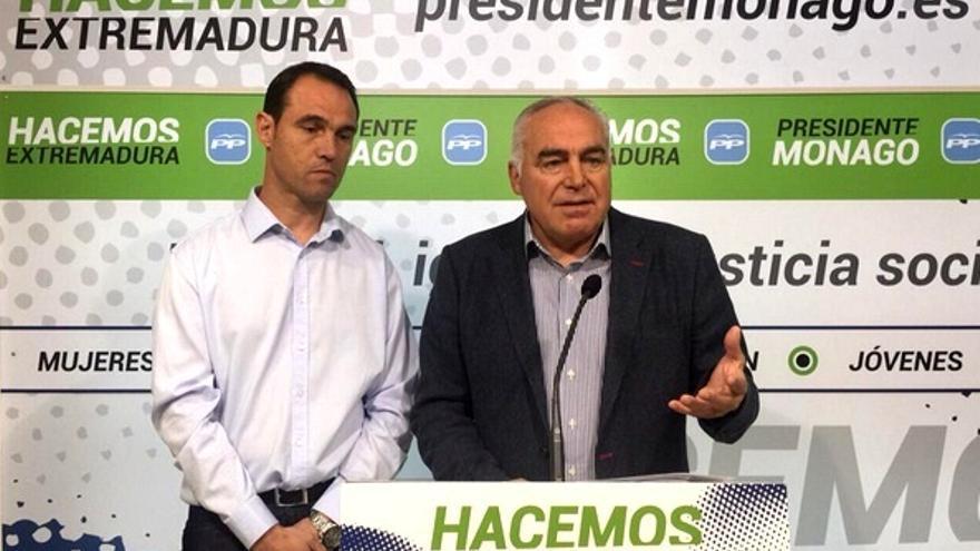 Pedro Acedo presenta a su nuevo 'fichaje', el ex futbolista Juanma Prieto / Twitter @pedroacedo