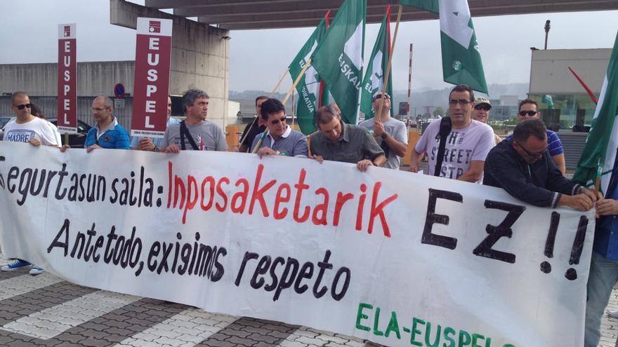 Miembros de ELA, Sipe y Euspel se han concentrado frente a la sede central de la Ertzaintza, en Erandio.