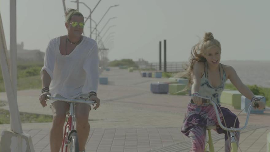 Carlos Vives y Shakira en el videoclip de La bicicleta