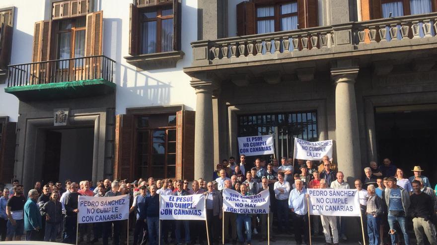 Agricultores por fuera de la sede de la Delegación del Gobierno español en Canarias, en Las Palmas de Gran Canaria