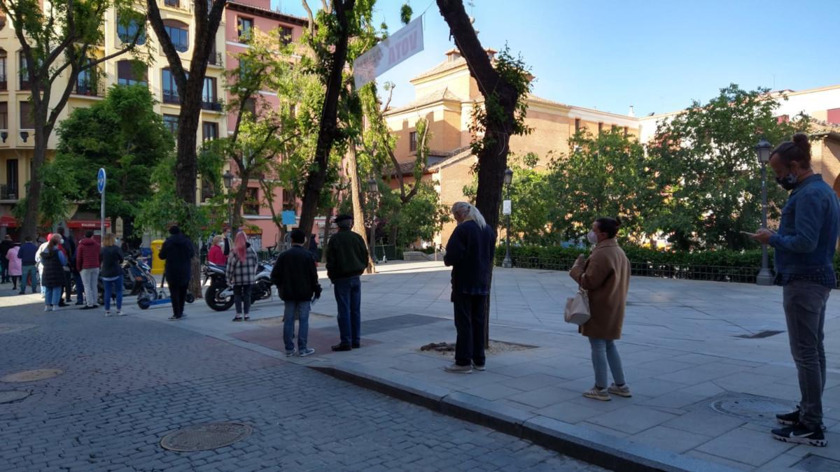 La cola para votar en el colegio Pi i Margall sube por la calle de San Andrés
