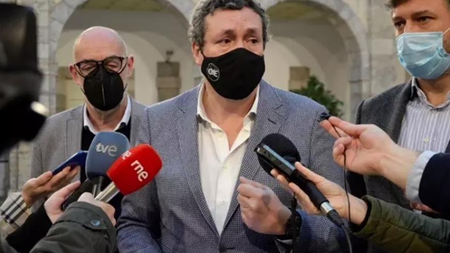 Imagen de archivo. Los portavoces en el Parlamento de Cantabria del PP, Íñigo Fernández (centro); de Cs. Félix Álvarez (izda), y del grupo mixto-Vox, Cristóbal Palacio (derecha)