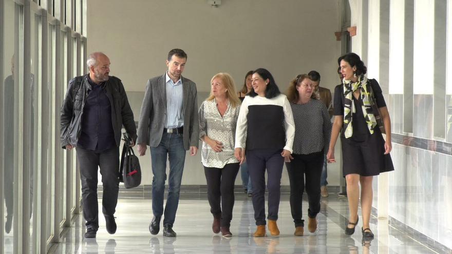 Las hermanas García Caparrós con los diputados de IU y Podemos.