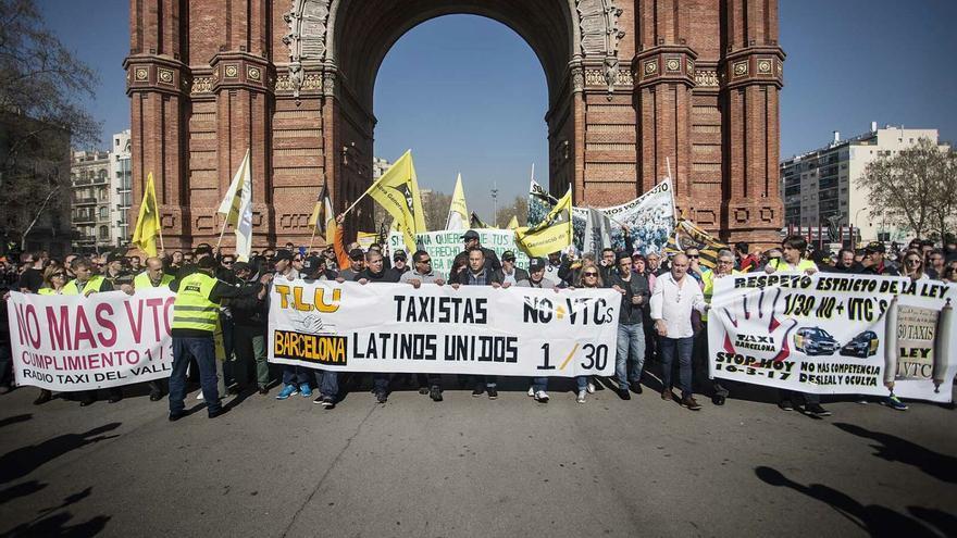 Cabecera de la manifestación de taxistas hacia en Parlament  foto: ROBERT BONET