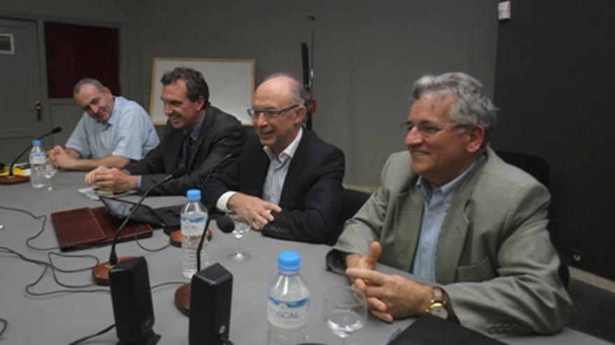 El director del IEF (segundo por la izquierda), junto al ministro de Hacienda, Cristóbal Montoro. Foto: web personal de José Antonio Martínez Álvarez