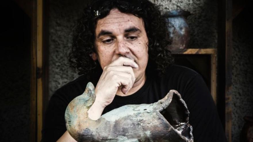Ángel Igual, ante una de sus obras