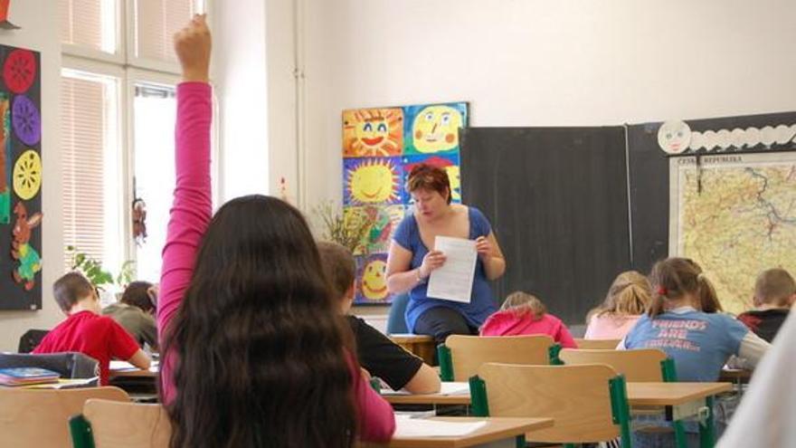 Una niña gitana alza la mano ante la pregunta de su profesora en una escuela de la República Checa. © Amnistía Internacional