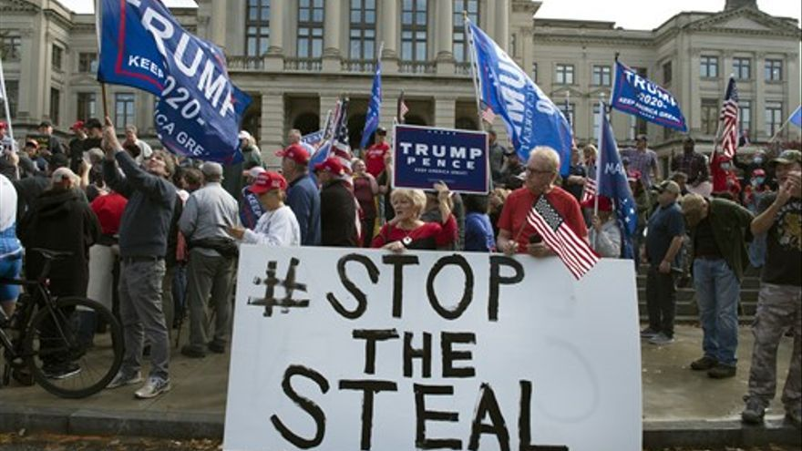Partidarios de Trump exigiendo parar el recuento de votos en Georgia.