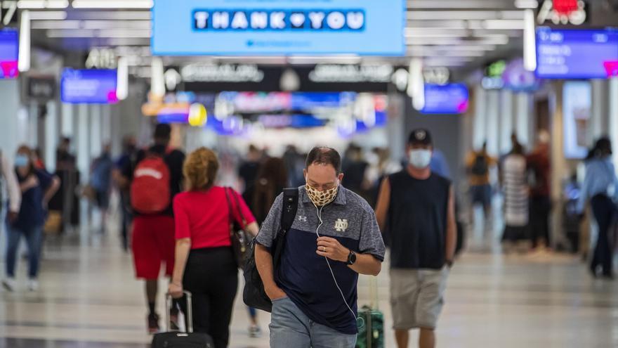Pasajeros con mascarilla caminan en el Aeropuerto Internacional Hartsfield-Jackson en Atlanta, Georgia (EE.UU.), hoy 2 de julio de 2020.